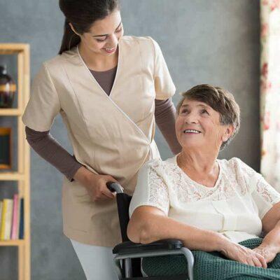 Estudia gestión de residencias geriátricas