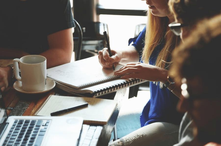 Esneca Business School, la escuela digital con prácticas reales